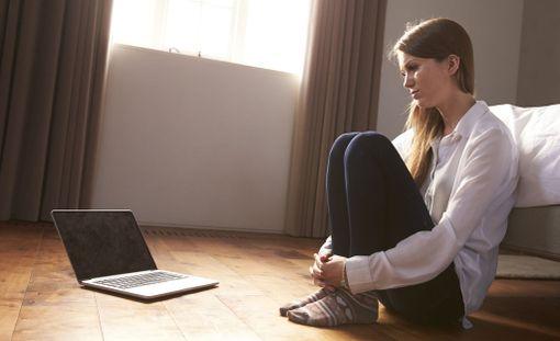 Aikuisen on puututtava kaikkeen kiusaamiseen - myös netissä. Älä jätä nuorta yksin.