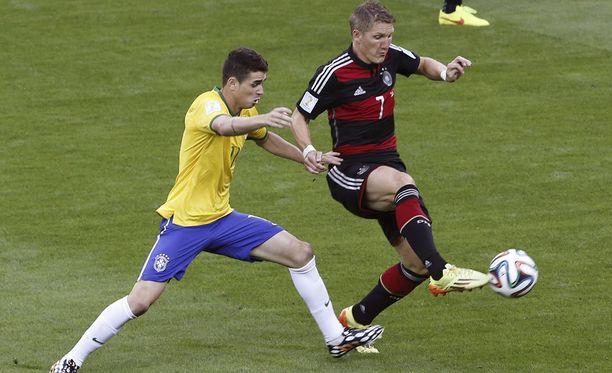 Oscar (vas.) taisteli pallosta Bastian Schweinsteigerin kanssa legendaarisessa MM-välierässä 2014.