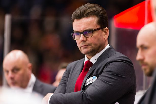 JYPin päävalmentaja Pekka Tirkkonen joutui lomautetuksi.