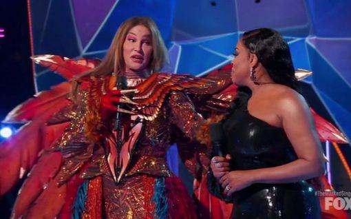 Caitlyn Jennerin Masked Singer -esitystä haukutaan rajusti somessa – kappaleen oikealta esittäjältä hämmentävä reaktio