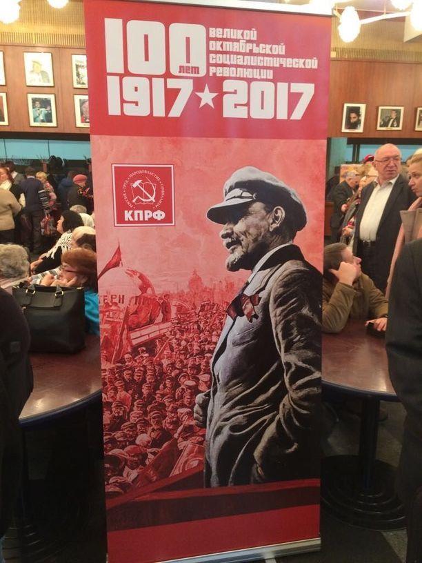 """Kommunistisen puolueen gaalakonsertissa muisteltiin näyttävästi """"Venäjän suuren lokakuun sosialistisen vallankumouksen"""" 100-vuotispäivää."""