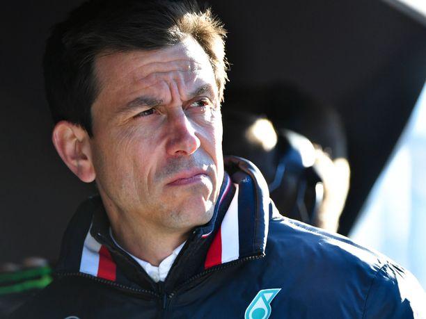 Tallipäällikkö Toto Wolff oli silmin nähden liikuttunut puhuessaan edesmenneestä Niki Laudasta Mercedeksen motorhomessa Monacossa. Wolffin sanoista huokui kuitenkin se, että hän halusi puhua edesmenneestä ystävästään ja työtoveristaan.