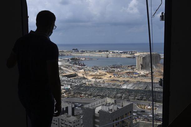 Mies katsoi kohti satama-aluetta Beirutissa maanantaina. Tuhoisa räjähdys tappoi yli 160 ihmistä, ja ruumiiden etsintä jatkuu.
