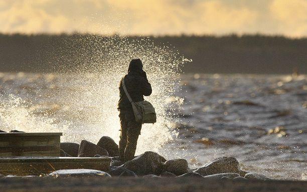 Kun muualla Euroopassa kärvistellään käristyskupolin alla, Suomeen on luvassa kovaa tuulta ja sadetta.