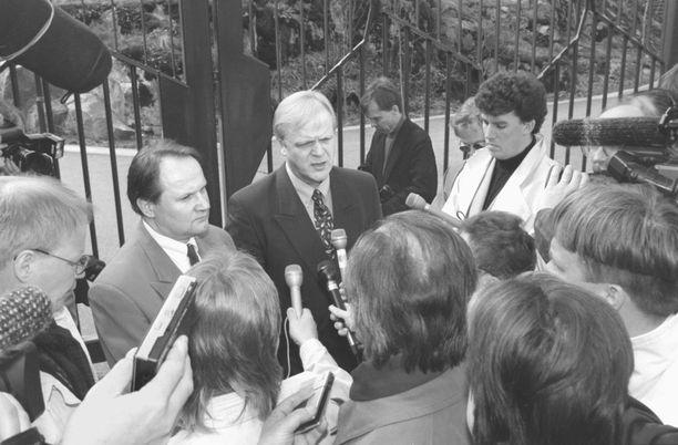 SAK:n puheenjohtaja Lauri Ihalainen ja STTK:n puheenjohtaja Esa Swanljung neuvottelivat presidentti Martti Ahtisaaren kanssa yleislakon uhasta toukokuussa 1996. Kuvassa toimittajat piirittävät ay-pomoja Mäntyniemen portilla.