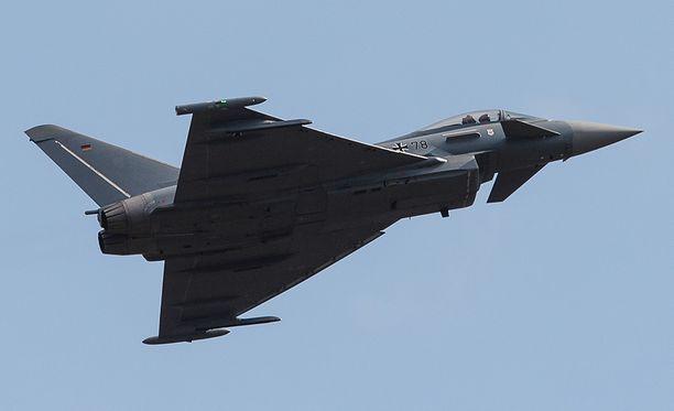 Luftwaffen Eurofighter lentonäytöksessä Berliinissä 25. huhtikuuta. Koneet kyllä lentävät, mutta niiden omasuojausjärjestelmä ei toimi.