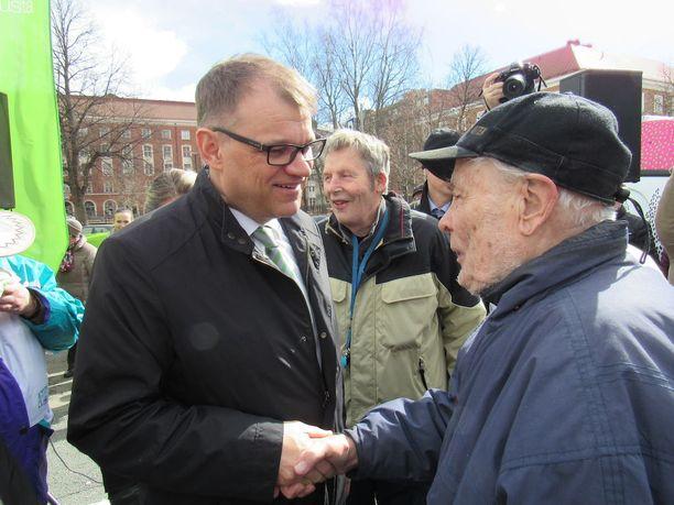 Pääministeri Juha Sipilä tapasi Tammelantorilla sotaveteraani Matti Lehtisen, 93, joka on voittanut lajin veteraanien MM-kultaa vuonna 2004 ja pelannut presidentti Mauno Koiviston kanssa Sikariporras-joukkueessa.
