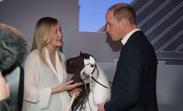 Prinssi William sai lahjaksi keppihevoset vietäviksi lapsilleen.
