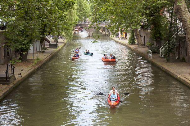 Utrechtissa risteilee kanavia, joita pitkin liikutaan ja joiden rannoilla viihdytään.