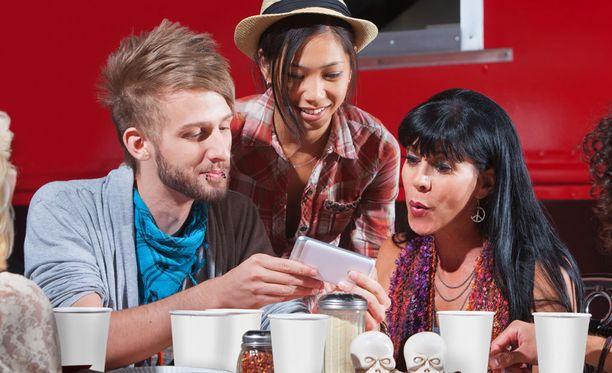 Nuoret eivät aikuisten tavoin erottele sosiaalista mediaa verkon ulkopuolisesta elämästä.