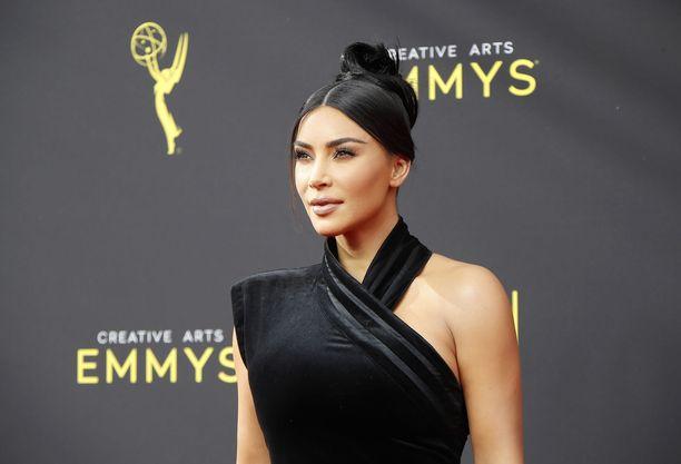 Kim Kardashian myöntää, että neljän lapsen kanssa eristyksissä eläminen on ollut raskasta.