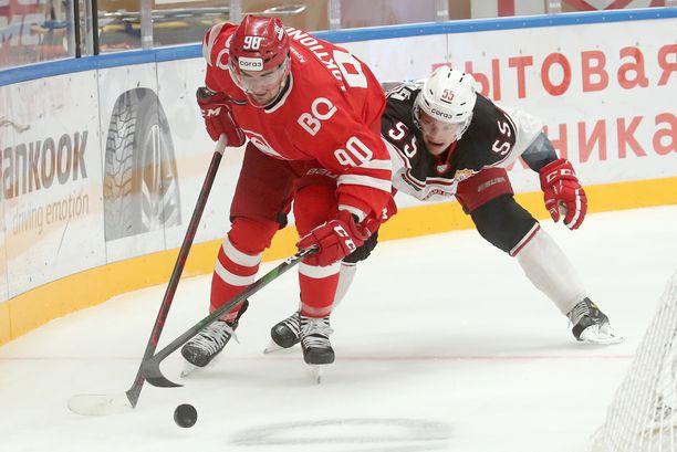 Miro Aaltonen (oik.) loistaa KHL-jäillä. Hyökkääjä on liigan pistepörssin kakkosena.