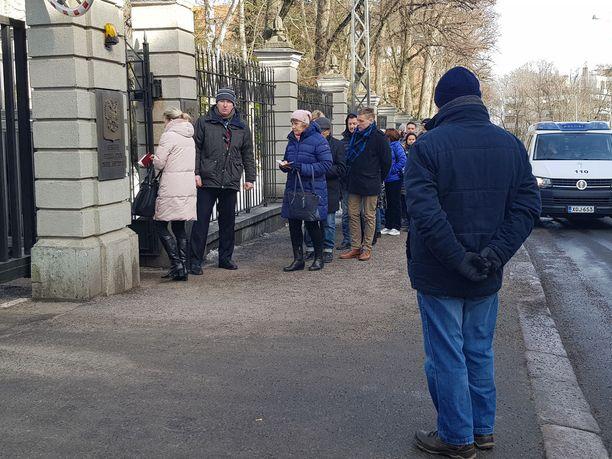 Äänestäjiä riitti jonoksi asti Venäjän suurlähetystön edustalla.