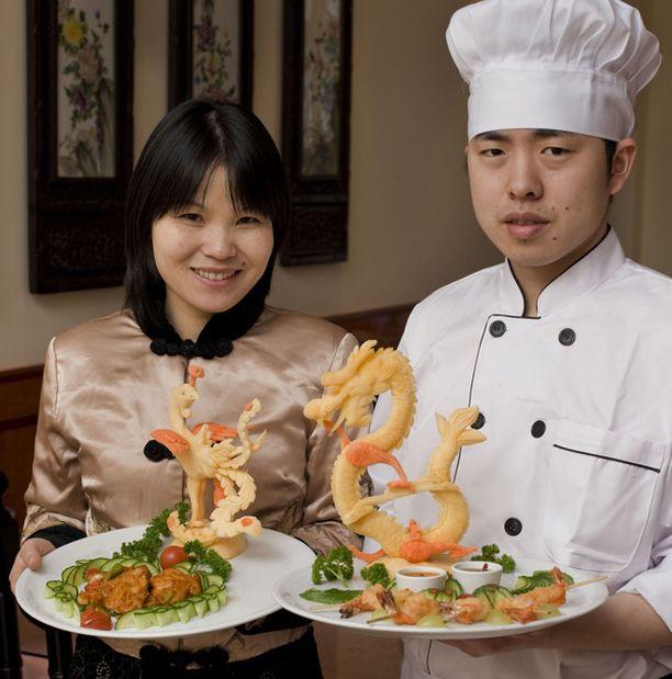 Vinh Ying Thun ravintolan kokki Gang Zhang osaa tehdä ruokaa, mutta myös veistää lantusta ja porkkanasta taidokkaita koristeita ruokapöytään.