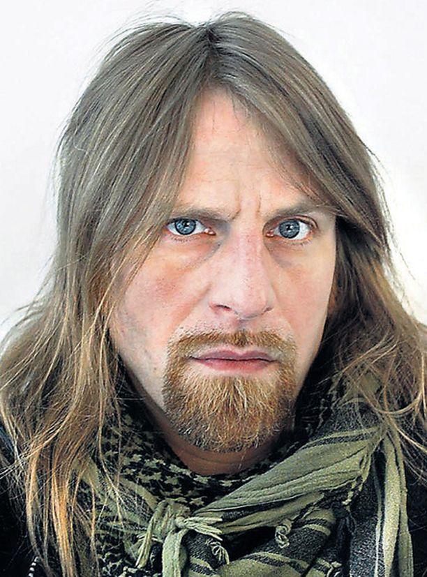 HYI, MITÄ KUONTALOITA! Jone Nikulan (vas.) ja Mattiesko Hytösen pehkot kauhistuttavat kampaajamestaria.