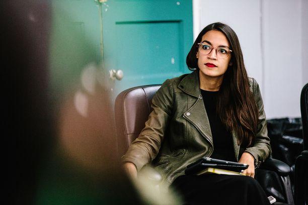 Alexandrria Ocasio-Cortez joutuu odottamaan ensimmäistä palkkaansa voidakseen vuokrata asunnon.
