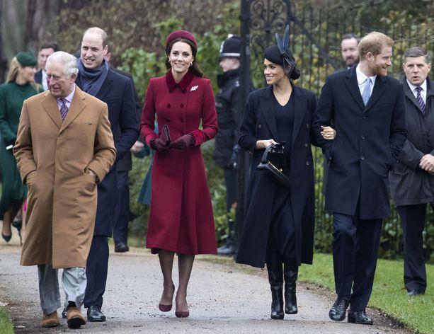Herttuattaret saapuivat joulukirkkoon yhdessä prinssi Charlesin, prnissi Williamin ja prinssi Harryn kanssa.