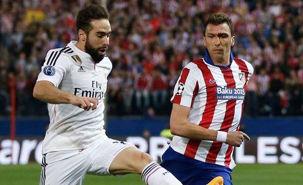 Dani Carvajal (vas.) ja Mario Mandzukic ottivat eilen yhteen Madridin paikallispelissä.