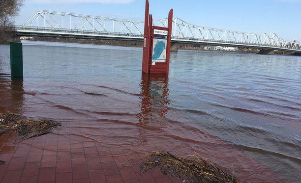 Tornionjoen pinta on noussut uhkaavasti, mutta nyt näyttää siltä, että pahimmalta vältytään. Kuva otettu äitienpäivänä 2018.