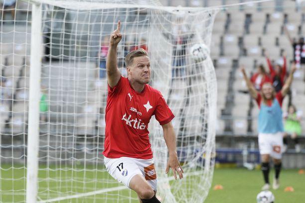 HIFK:n Jani Bäckman tuulettaa 2–0-osumaansa.