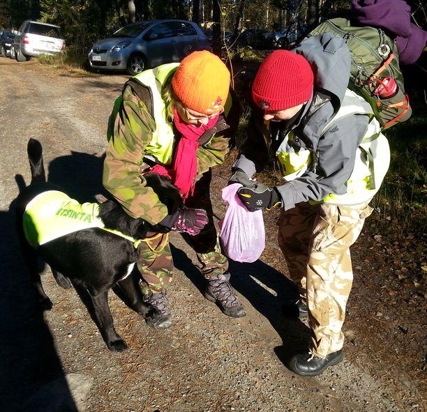 Koirat haistelivat Nelan käyttämiä vaatteita ennen maastoon lähtemistä.