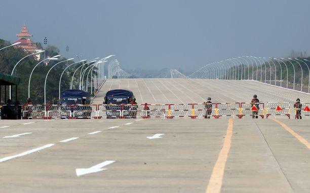 Sotilaat tukkivat tien Myanmarin parlamentille pääkaupungissa Naypyidawissa tiistaina.