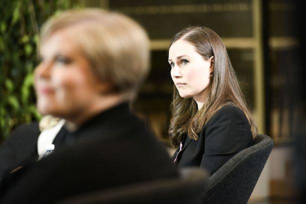 Annika Saarikko (vas.) ja Sanna Marin (oik.) saivat vastata torstaina kansanedustajien kysymyksiin kulttuurileikkauksista.