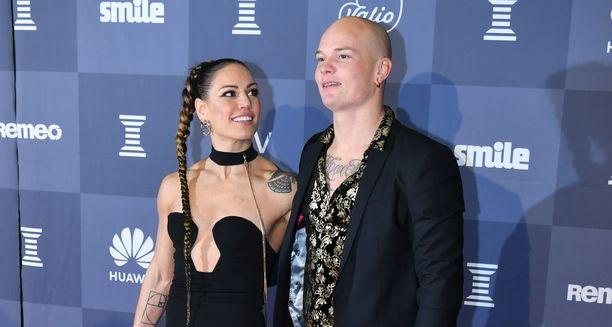 Eva Wahlström ja Niklas Räsänen saavat tuoreimman somepäivityksen perusteella perheenlisäystä.
