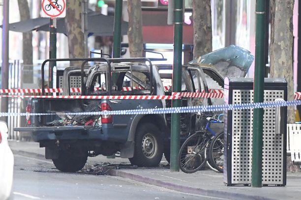 Kaasupulloja kuljettanut auto roihusi kauppojen edessä.