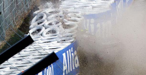 Timo Glock ajoi rajusti seinään Suzukan radalla.