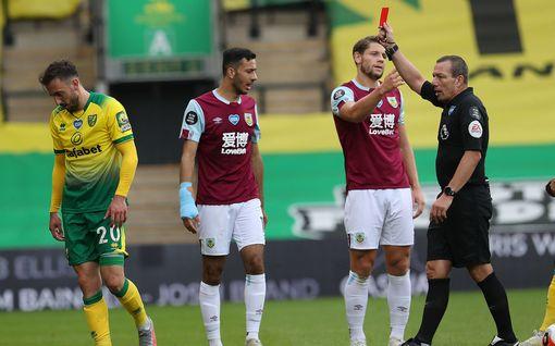 Norwichilla surullinen kauden viimeinen kotiottelu – kaksi punaista korttia ja oma maali