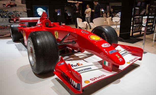 Kuvassa Schumacherin ohjastama Ferrari-F2001 ennakkoesittelyssä Hong Kongissa syyskuussa 2017.