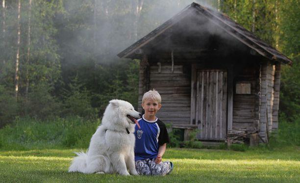 Savusauna lämpenemäsä ja ystävykset Siru ja Peetu nauttimassa kesästä.