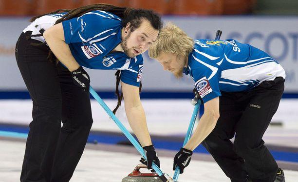 Pauli Jäämies (vas.) ja Janne Pitko edustivat Suomea curlingin MM-kisoissa.
