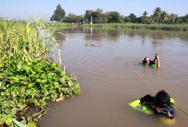 Sukeltajat etsivät eteläkorealaismiehiä Nan-joesta.