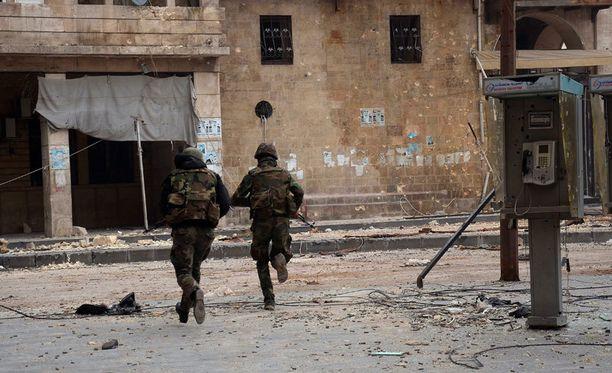 Syyrian armeijan sotilaat partioivat Aleppon kaduilla tammikuussa.