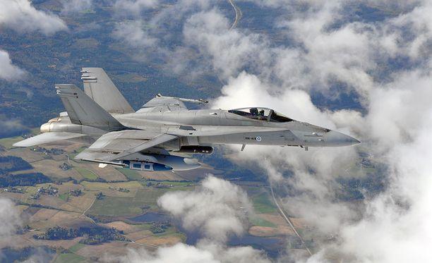 Kuvan kaltainen Hornet-hävittäjä ajautui laskeutuessaan kiitotien kynnyksen ulkopuolelle Oulun lentoasemalla.