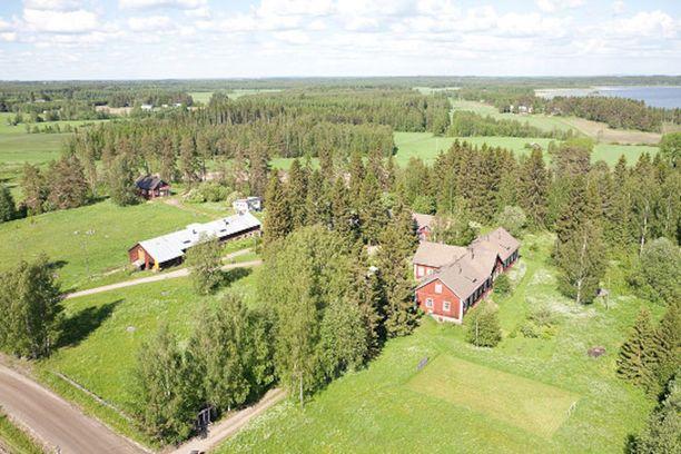 Eläkeläispariskunta Olli ja Eeva Leena Saikkonen muuttavat maaseudulla sijaitsevan kotinsa mummo- ja ukkikommuuniksi.