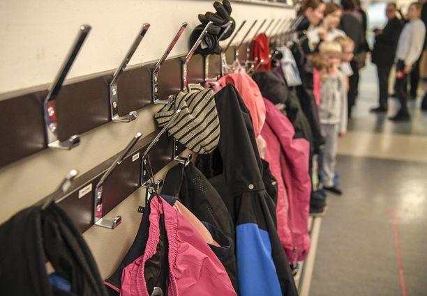 Opettajien lisäksi moni koululaisten vanhemmista on ollut huolissaan kouluun palaamisesta. OAJ:n mukaan on vaikea arvioida kuinka moni lapsi jää lopulta kotiin torstaina koulujen auetessa.