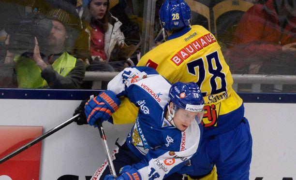 Eilinen Ruotsi-Suomi-ottelu jouduttiin keskeyttämään toisessa erässä, koska jää ei kestänyt pelaamista.