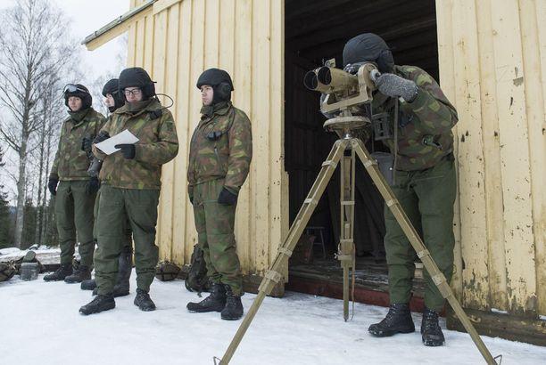 Osa komppaniasta koordinoi ampumaharjoitusta.