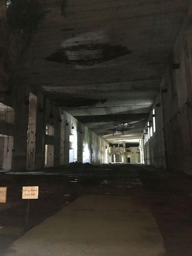Yleisö ei pääse pommitettuun osaan, koska katosta voi irrota romua. Sitä ei voi myöskään korjata, koska kattorakenteissa asuu harvinaisia lepakoita. Vieraat voivat kuitenkin ihmetellä aluetta lasiseinän läpi.