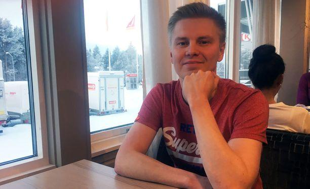 Vuonna 1983 syntynyt Johannes Oikarinen on Ylen uusi ampumahiihtoselostaja.