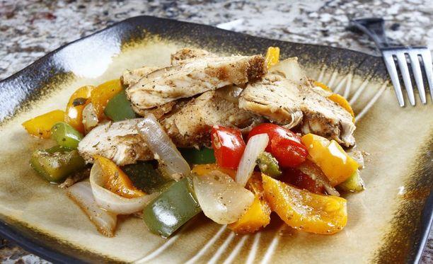 Fajitas on mausteista lihaa tai kanaa, joka tarjoillaan vihanneksilla höystettynä tacojen seurana.