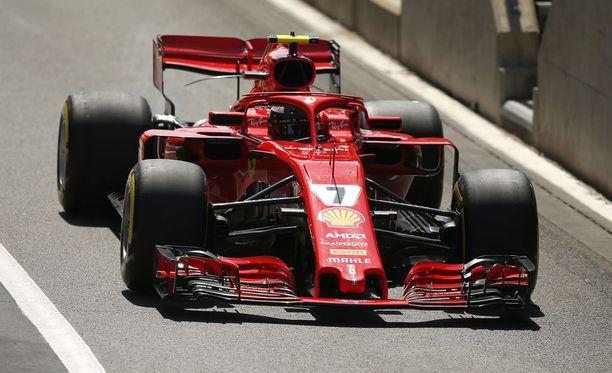 Kimi Räikkönen kolaroi kolmosmutkassa Lewis Hamiltonin kanssa.