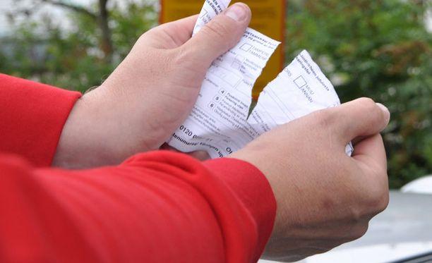 Yksityisten valvontayritysten määräämistä pysäköintivirhemaksuista on tullut paljon kiistaa.