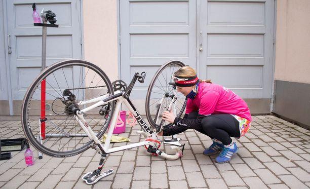 Pyörän huollon eri vaiheissa kannattaa tarkempia lisäohjeita katsoa esimerkiksi YouTuben opastusvideoilta.
