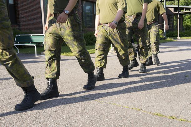 Yleisen asevelvollisuusjärjestelmän kannatus on laskenut. Kuvassa varusmiehiä Pirkkalassa vuonna 2013.