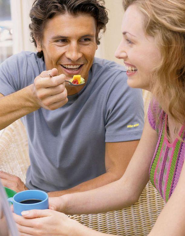 Tyttöjen ilta voi tuhota dieetin, mutta miesten seurassa nainen pysyy tiukkana.