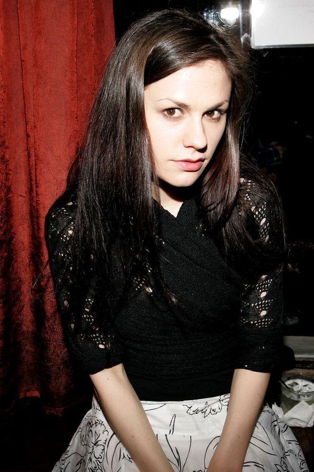Annan alkuperäinen hiusväri on tumma brunetti.